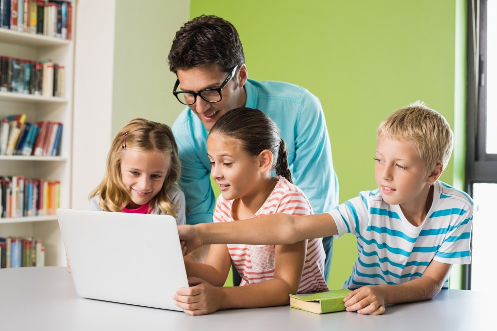 Dad and kids using the laptop