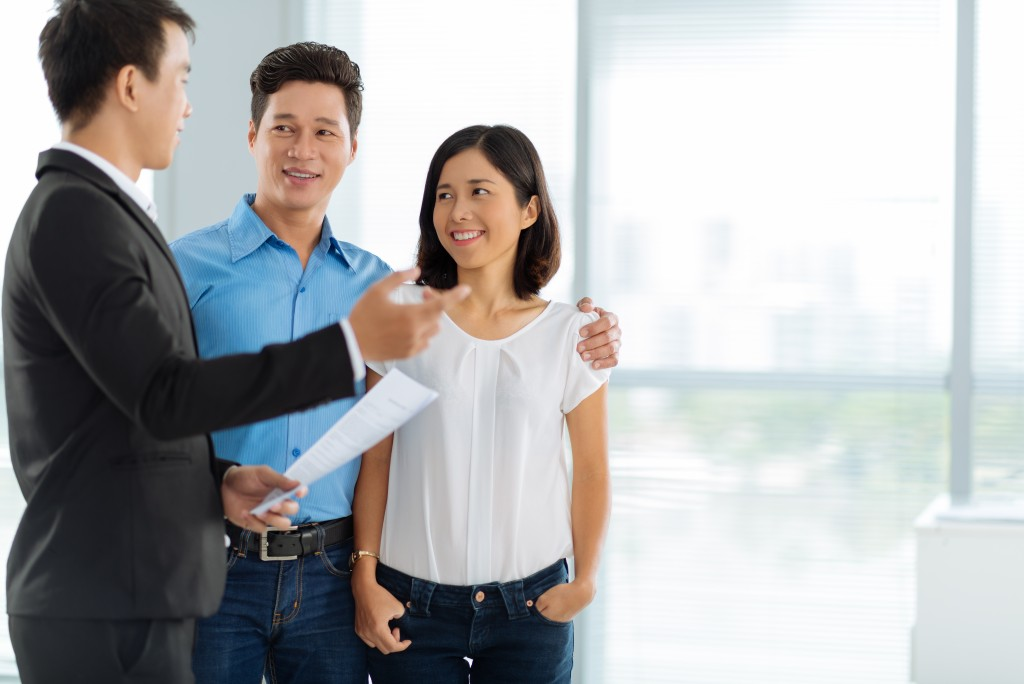 Couple talking to a broker